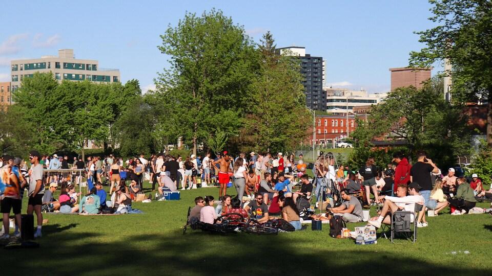 Plusieurs personnes ressemblées dans le parc.