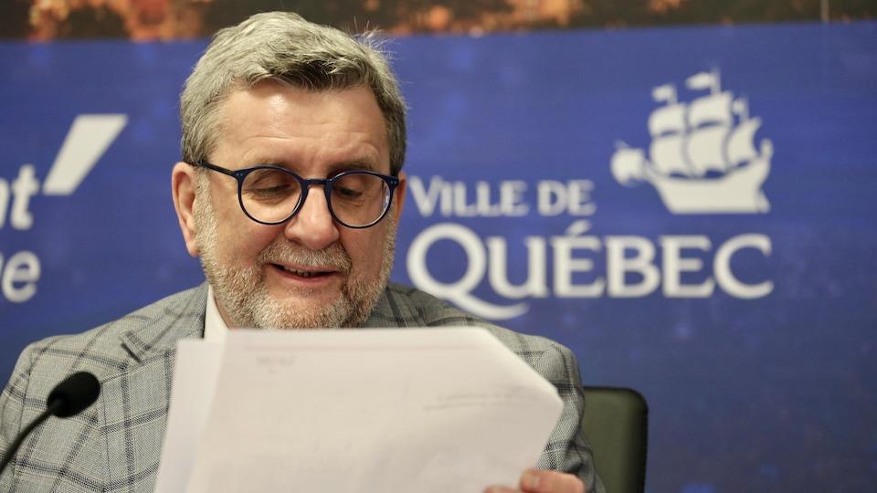 Régis Labeaume un papier à la main devant les médias.