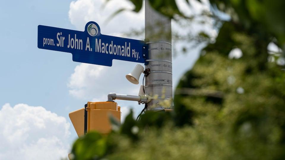 Un panneau indiquant la Promenade Sir-John-A.-Macdonald.