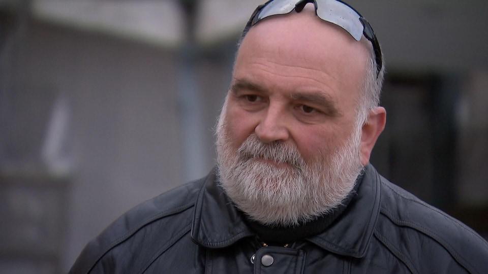 Richard Boissinot accorde une entrevue à l'extérieur d'un établissement de santé de Québec.
