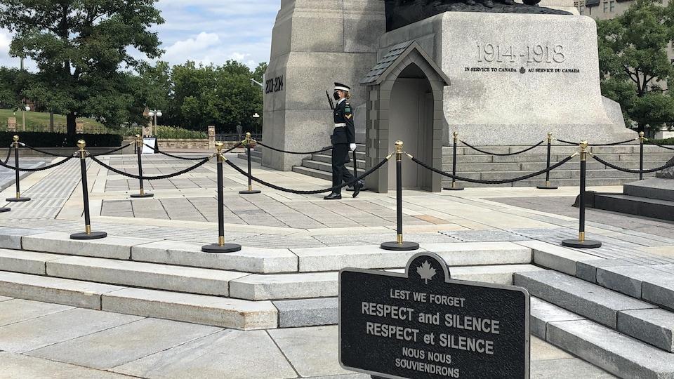 Sentinelle portant le masque au Monument commémoratif de guerre.