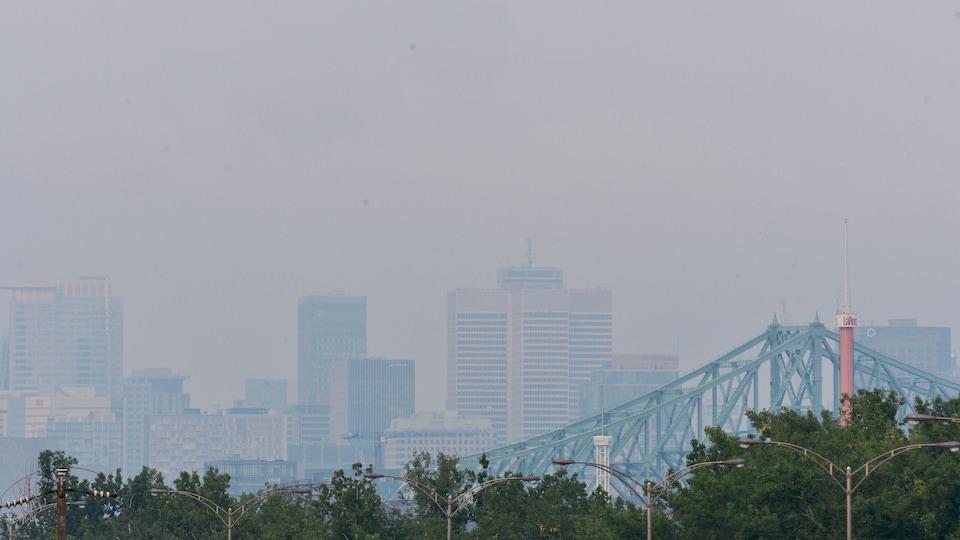 Un épais brouillard recouvre la ville de Montréal.