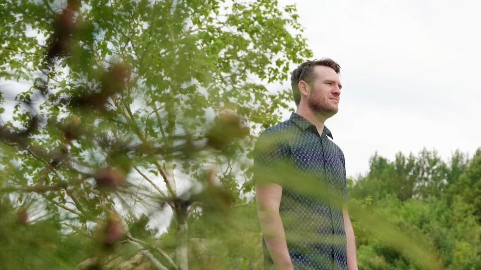 Adam Kirkwood au bord d'un lac.