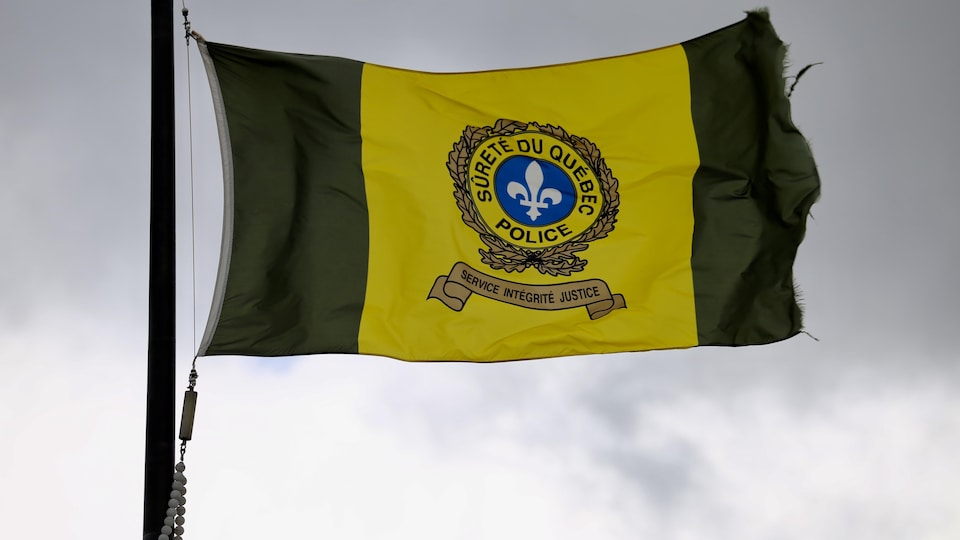 Un drapeau de la Sûreté du Québec
