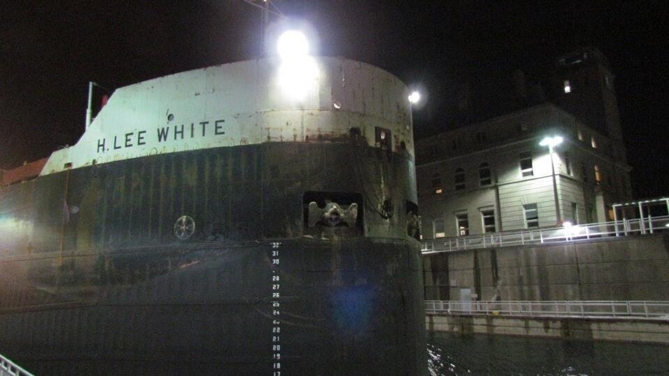Le navire est amarré la nuit.
