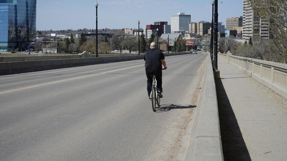 Un vélo à Saskatoon sur le pont Broadway.