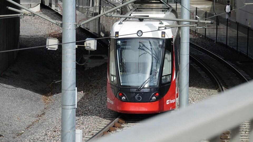 Le train passe sous une structure.