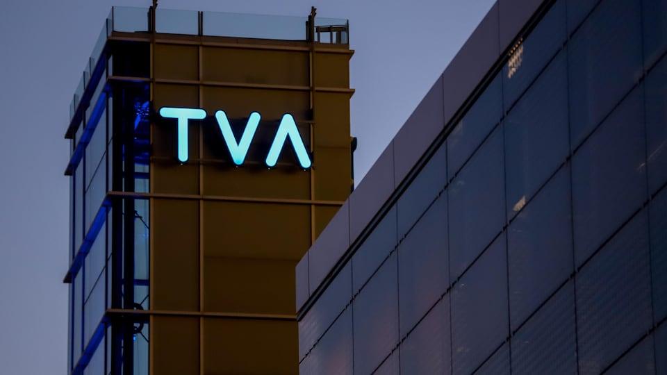 Le logo de TVA sur un édifice.