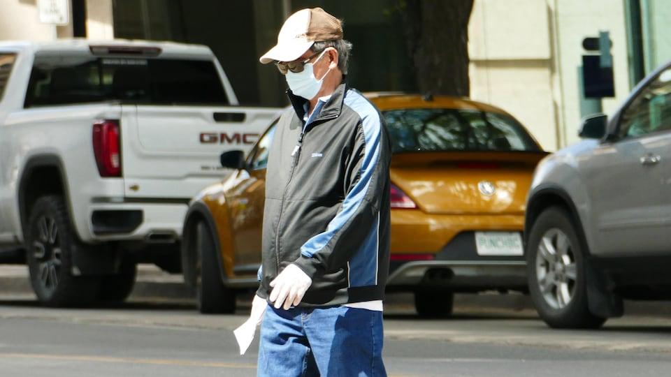 Une personne portant un masque à Regina