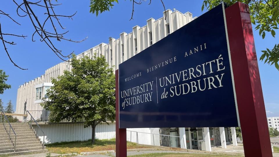 L'enseigne de l'Université de Sudbury devant son édifice.