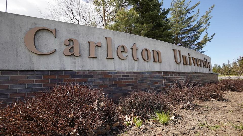 Affiche à l'entrée du campus où on peur lire le nom de l'établissement.