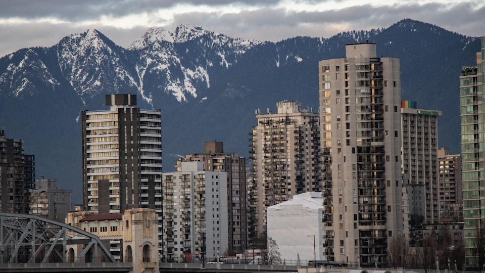 Des immeubles devant les montagnes de Vancouver.