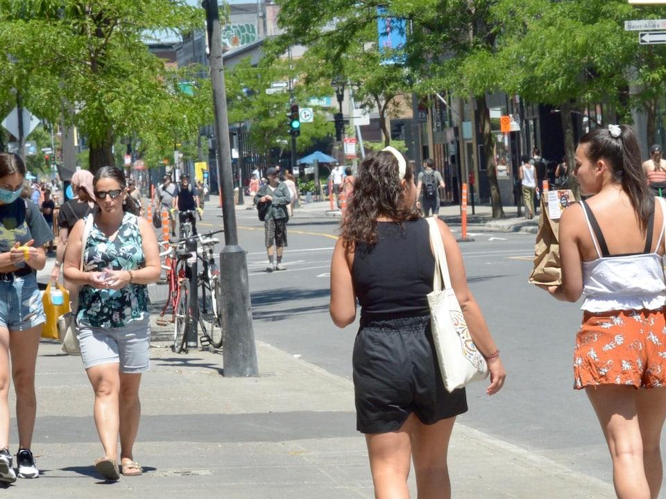 Des piétons se promènent sur la rue.