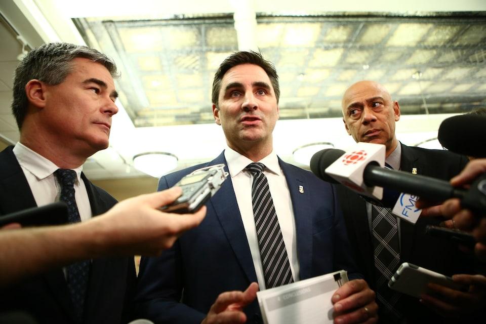 De gauche à droite : les conseillers de Québec 21 Patrick Paquet, Jean-François Gosselin et Stevens Mélançon s'adressent aux journalistes lors d'une mêlée de  presse à l'hôtel de ville de Québec.