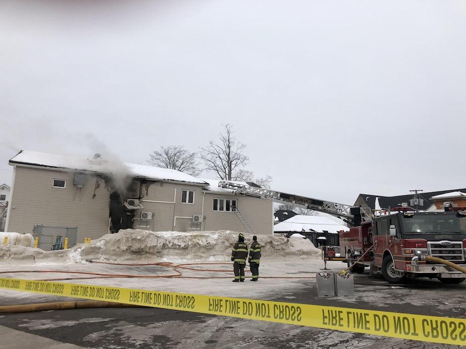 Les flammes ont créé une ouverture béante dans un mur extérieur.