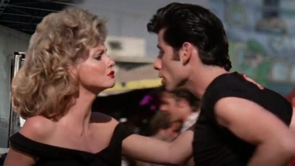 Des images de John Travolta et d'Olivia Newton-John tels qu'ils étaient représentés dans le film.