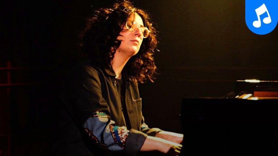 La pianiste et compositrice Alexandra Stréliski interprète Revient le jour au studio 12 de la Maison de Radio-Canada.