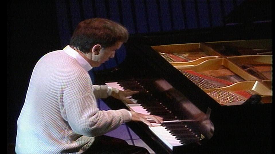 André Gagnon joue du piano.