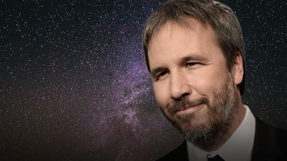 Denis Villeneuve sur fond de ciel étoilé.