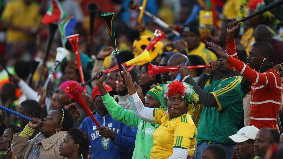 Des partisans colorés se réjouissent dans les gradins.