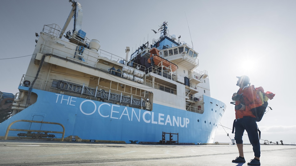 Guillaume Beaudoin s'apprête à monter à bord du Maersk Launcher.
