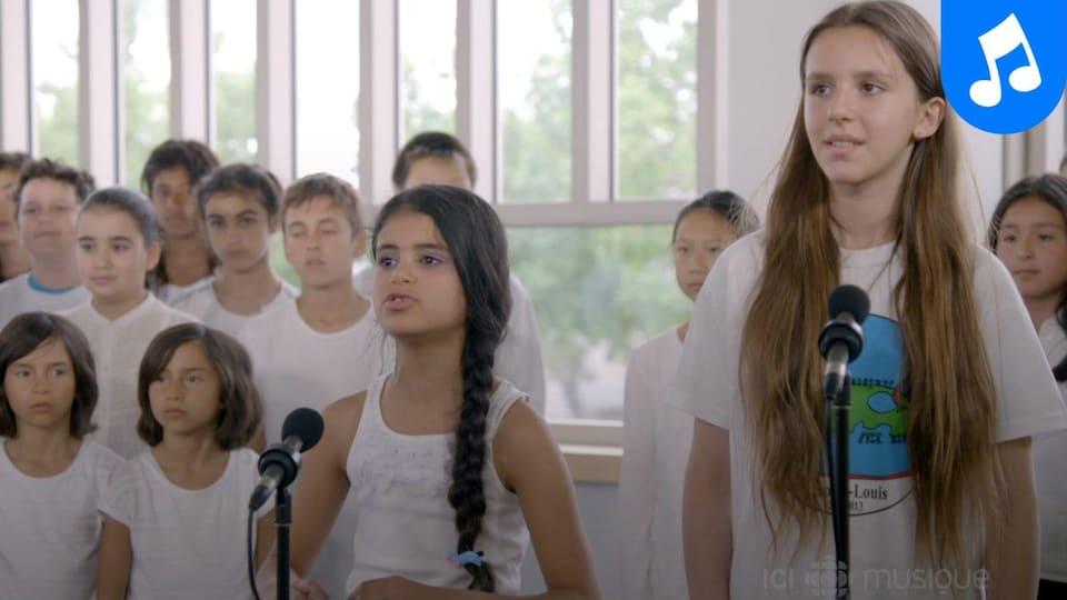 Plusieurs enfants habillés en blanc.
