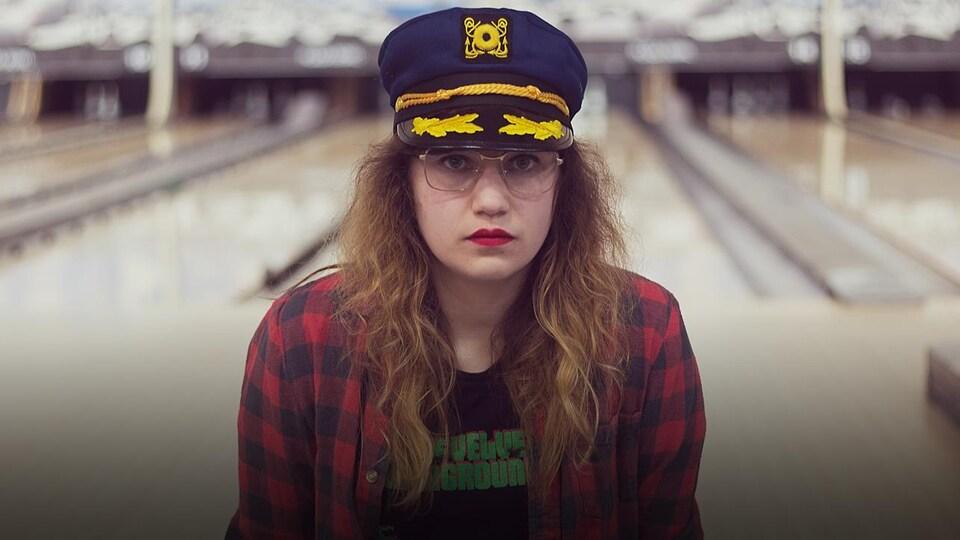 Laura Sauvage pose dans une salle de bowling.