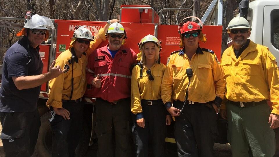 Jamie Gaunt (vêtu de rouge) a passé plus d'un mois en Australie pour participer aux efforts de combat des feux de forêt.