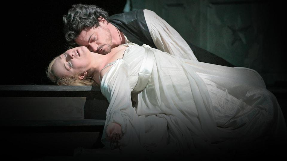Détail de la production : Roméo (Vittorio Grigolo) est couché sur Juliette (Diana Damrau), apparemment morte.