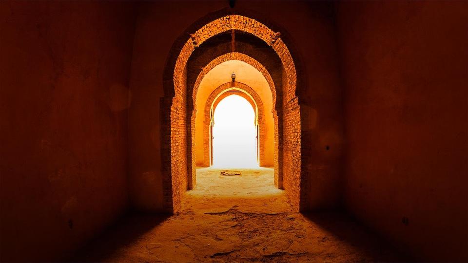 Photo d'une porte de style oriental illuminée de l'extérieur