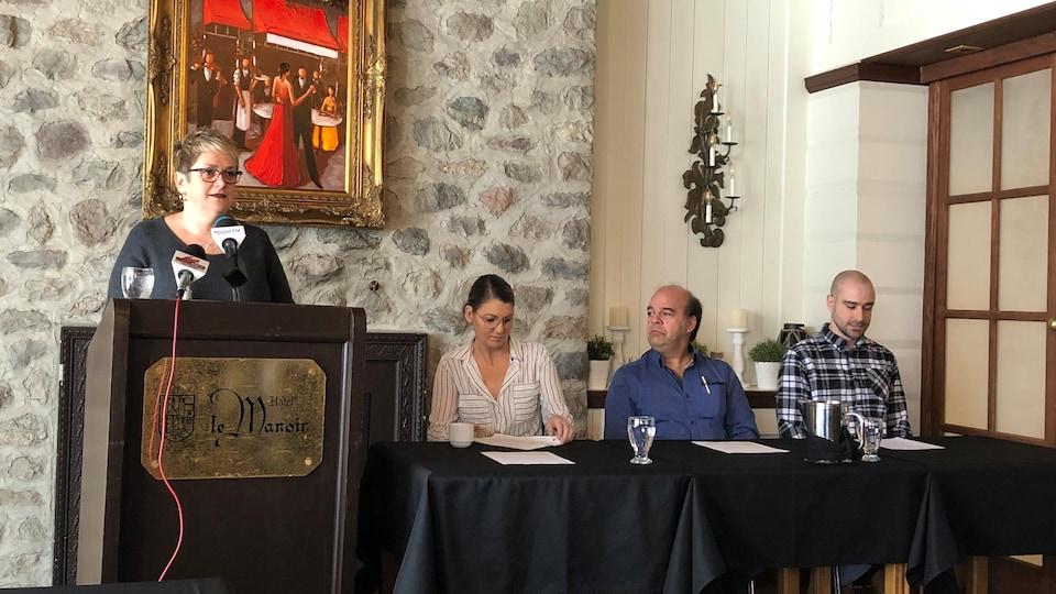 Conférence de presse du Relais pour la vie de Baie-Comeau. De gauche à droite : Maude Roussel, relationniste ; Stéphanie Tremblay, présidente du comité organisateur ; Yvan Lajoie, président d'honneur et Daniel Mazerolle, porteur d'espoir.