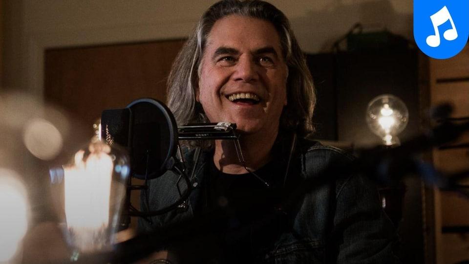 Le manteau de Richard Séguin, filmé au Studio 270 à Montréal