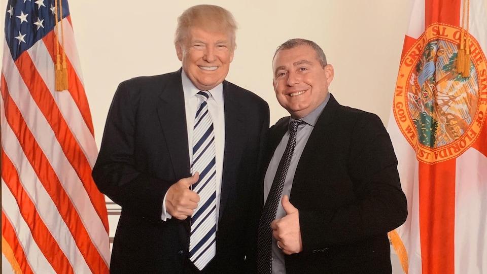 Donald Trump et Lev Parnas, tout sourire, lèvent un de leurs pouces.