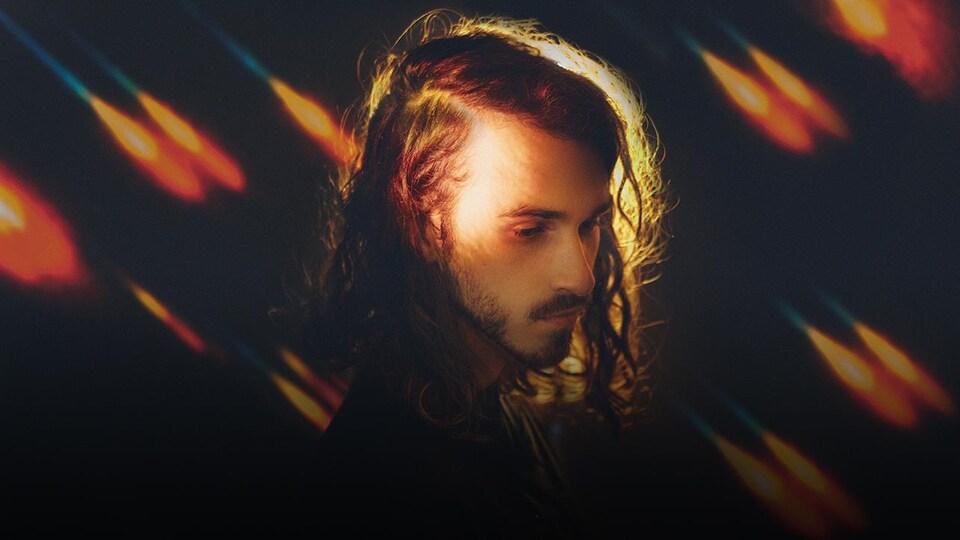 Le chanteur et principal compositeur de la formation Ponteix, Mario Lepage, pose en regardant vers le sol.
