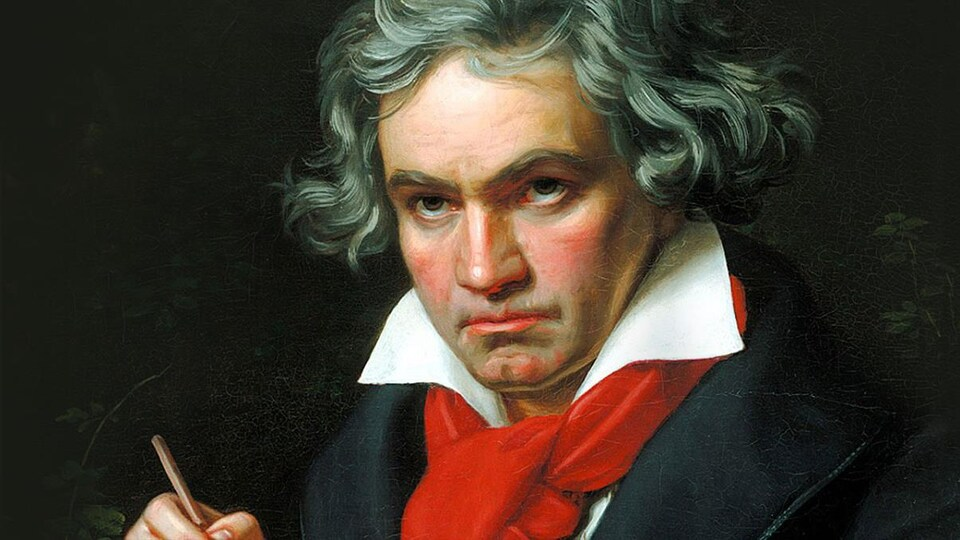 Compositeur Ludwig van Beethoven entrain d'écrire sur une partition de musique