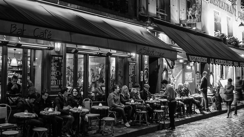 terrasse de café parisien.