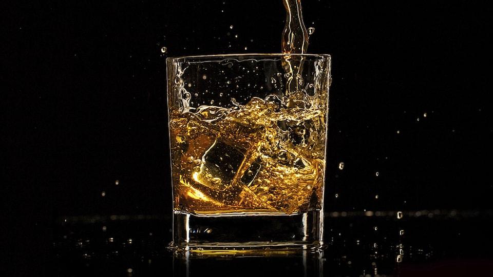 Verre de scotch sur fond noir