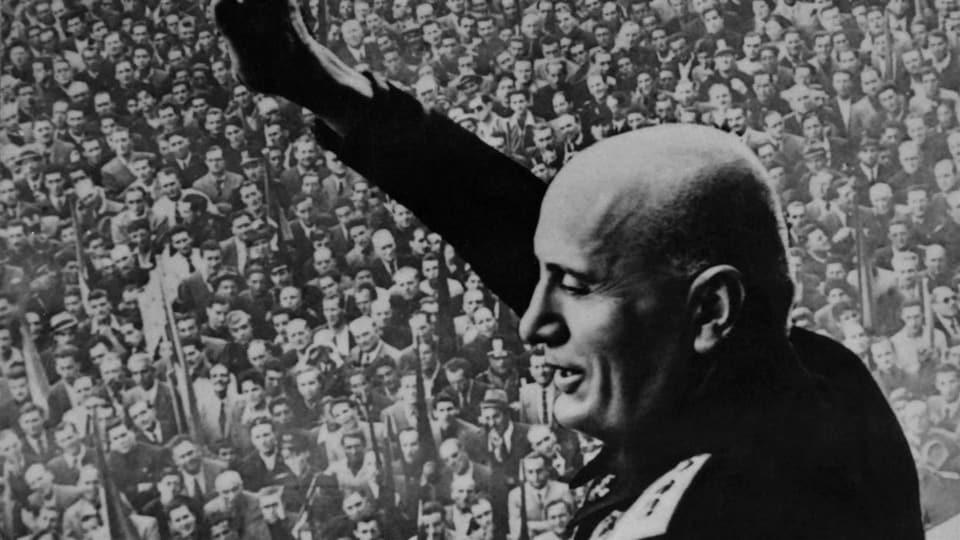 Benito Mussolini s'adresse à la foule (date inconnue)