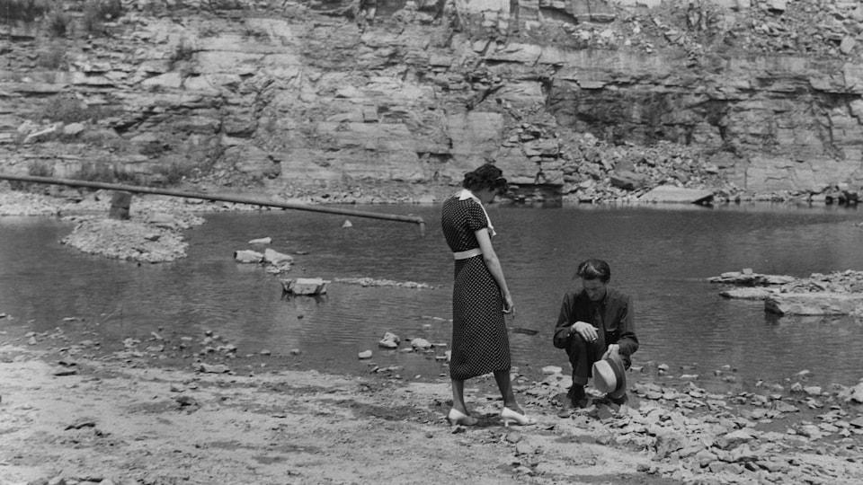 Un couple dans une carrière de pierre.