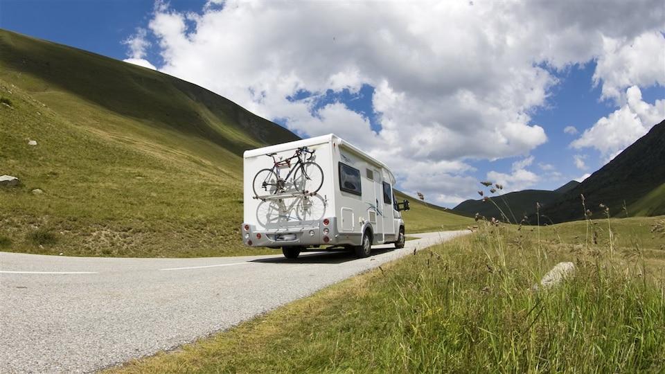 Une caravane sillonne une route panoramique.