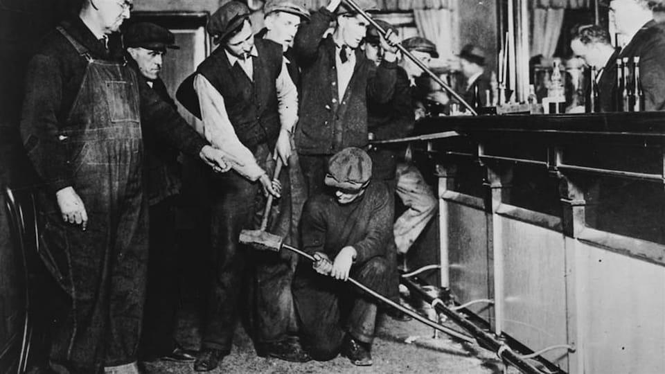 Des agents de la prohibition américains détruisent un bar, à Detroit.
