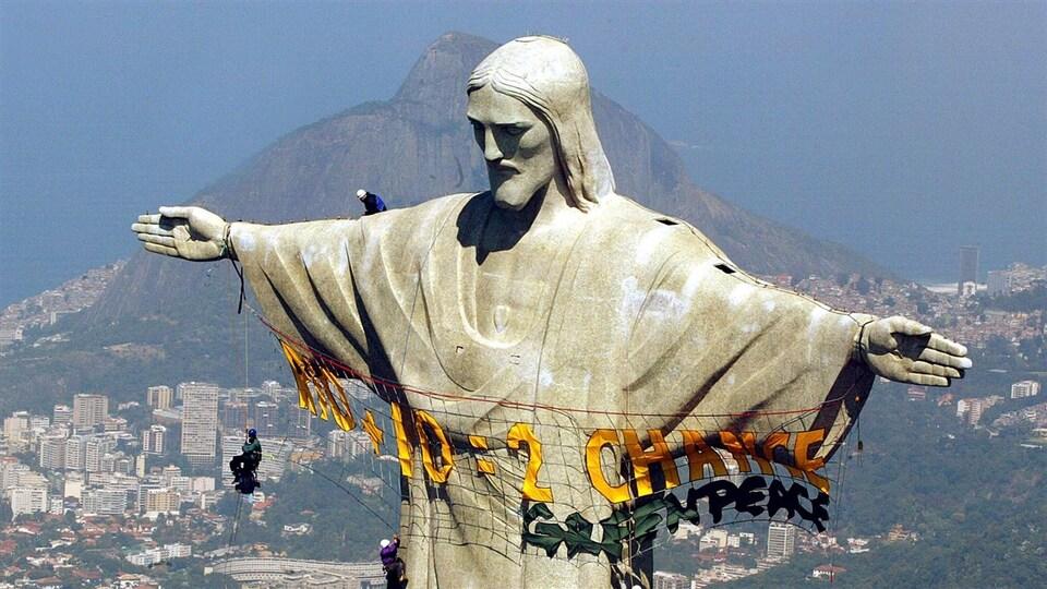 Des militants de Greenpeace escaladent la statue du Christ à Rio.