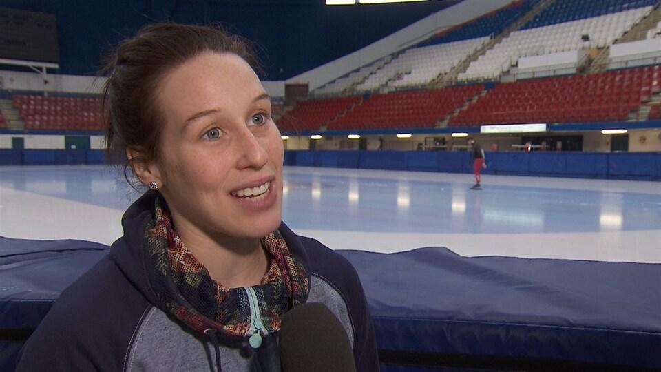 Elle donne une entrevue près de la glace.