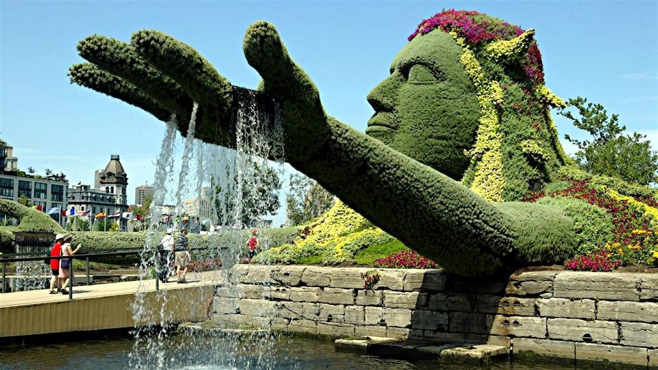 Cette sculpture géante, intitulée « La légende de la Terre Mère », a remporté le Grand prix du public aux Mosaïcultures internationales de Montréal, en 2003.