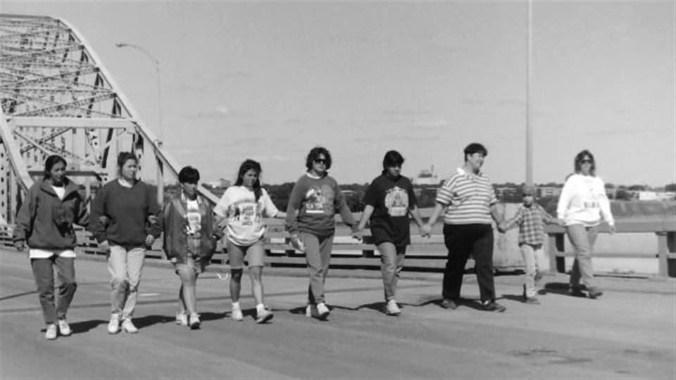 Des Mohawks de Kahnawake bloquent l'accès au pont Mercier pendant la crise d'Oka.