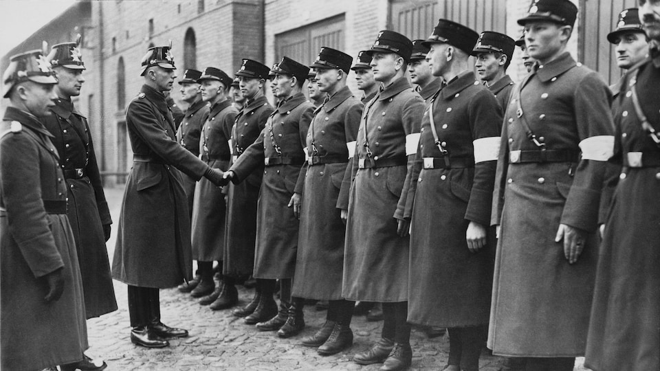 Assermentation d'officiers SS à Potsdam en mars 1933 : les officiers en uniforme reçoivent la poignée de main officielle.