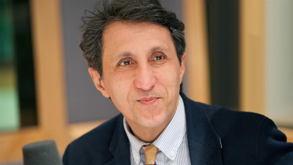 Amir Khadir, ancien député de Mercier pour Québec solidaire, devant un microphone.
