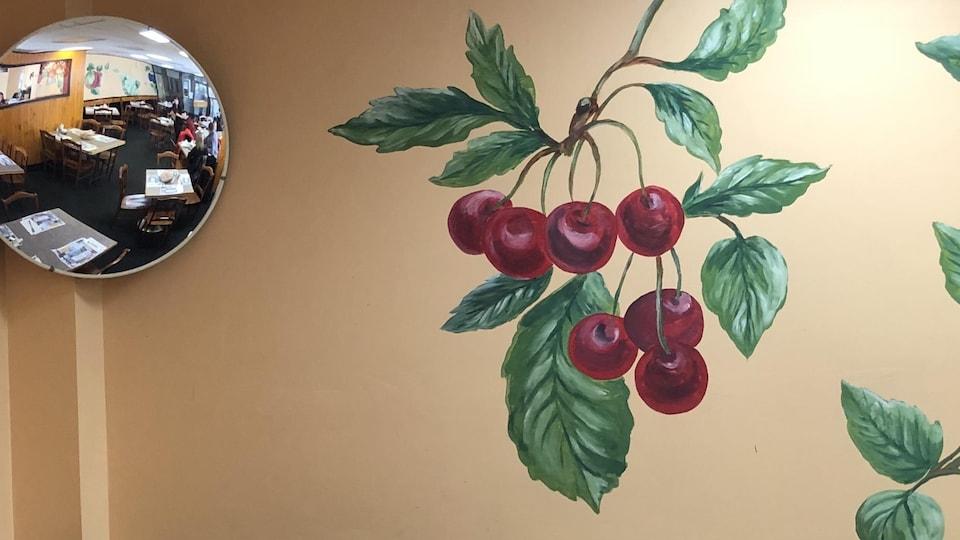 Le mur du restaurant où sont des cerises sont peintes