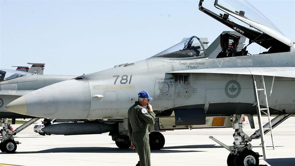 Un avion de chasse F-18 de l'armée canadienne au sol à l'aéroport international Lester B. Pearson à Toronto