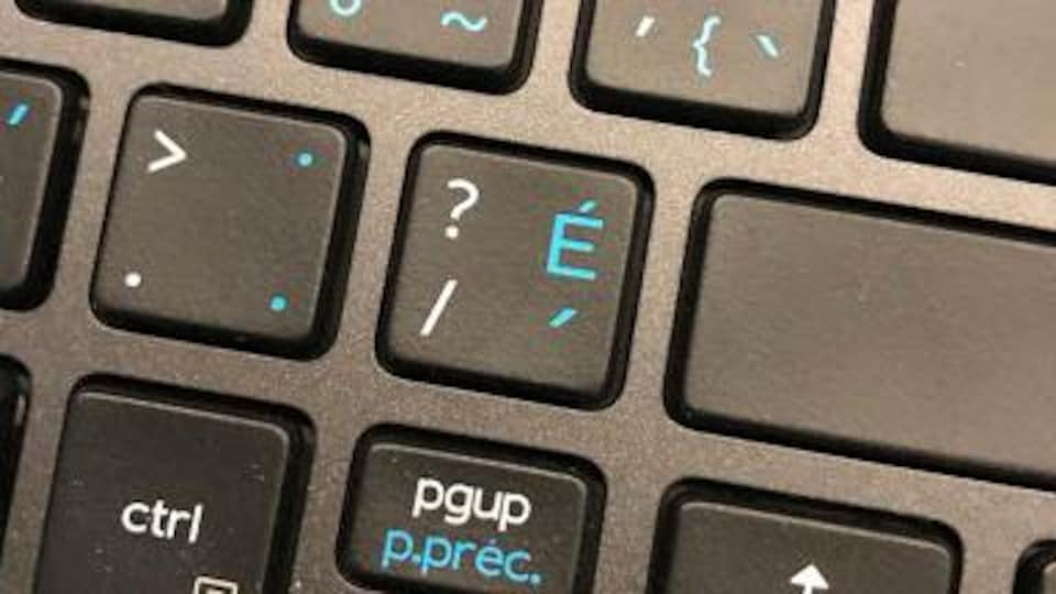 Un clavier francophone avec le E accent aigu.